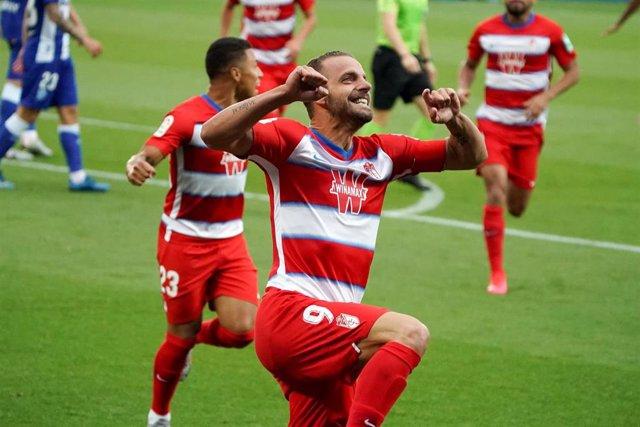 Roberto Soldado celebra un gol con el Granada en LaLiga Santander 2019-2020