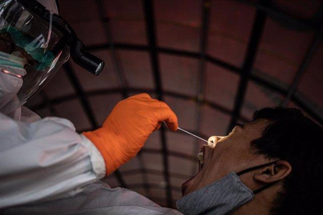 Una prueba de coronavirus en Indonesia
