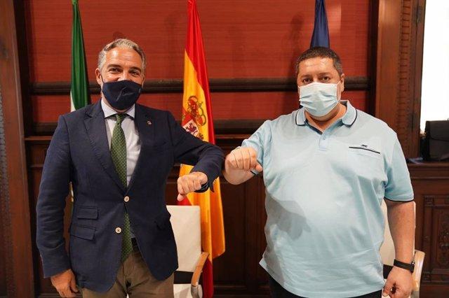 La Consejería de la Presidencia, Elías Bendodo, y el presidente de la Federación Andaluza de Asociaciones de Emigrantes y Retornados (FAER)