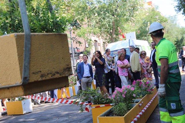 El alcalde y la vicealcadesa de Madrid observan la reversión de la peatonalización parcial en la calle Galileo.