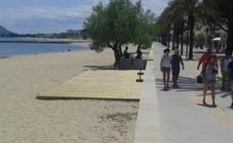 Tarima instalada en la Playa del Arenalet del Port de Pollença