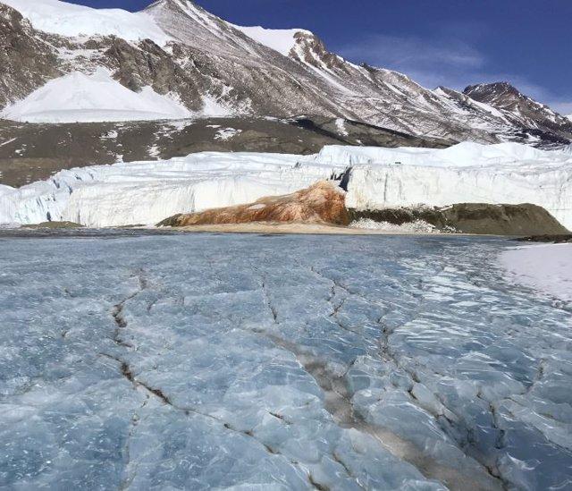 """Al final del glaciar Taylor, una salmuera hipersalina conocida como """"Blood Falls"""" fluye hacia la superficie."""