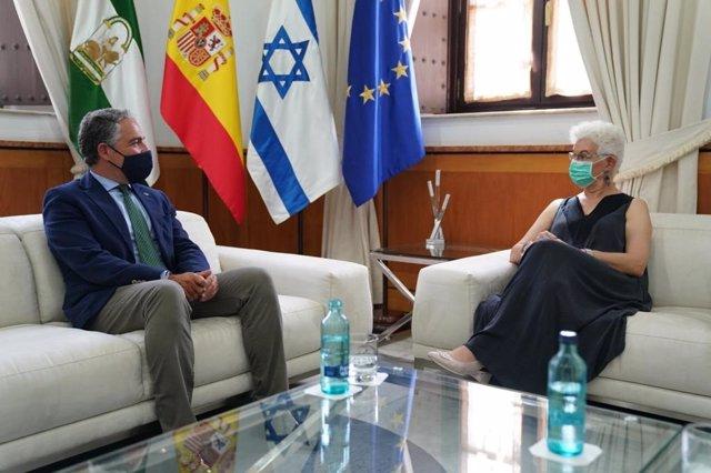 El consejero de la Presidencia, Elías Bendodo, reunido en el Palacio de San Telmo con la embajadora de Israel, Rodica Radian-Gordon.