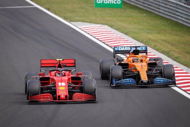 El Ferrari de Charles Leclerc junto al McLaren de Carlos Sainz en el GP Hungría 2020