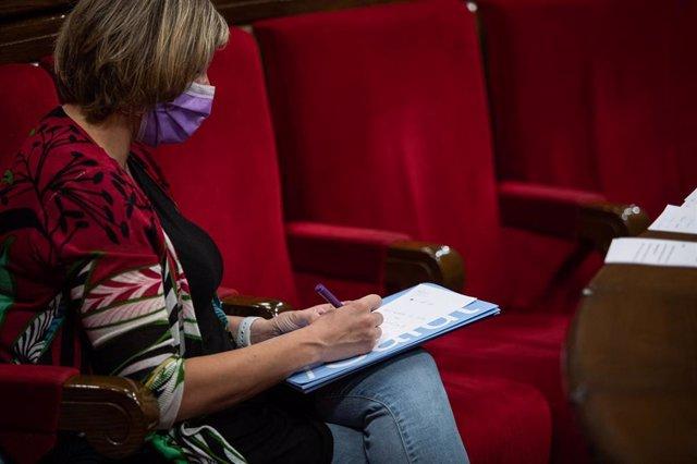 La consellera de Salud de la Generalitat, Alba Vergés, toma notas durante un pleno de control al Gobierno de la Generalitat, marcado principalmente por la gestión del COVID-19, en Barcelona, Cataluña (España), a 22 de julio de 2020.