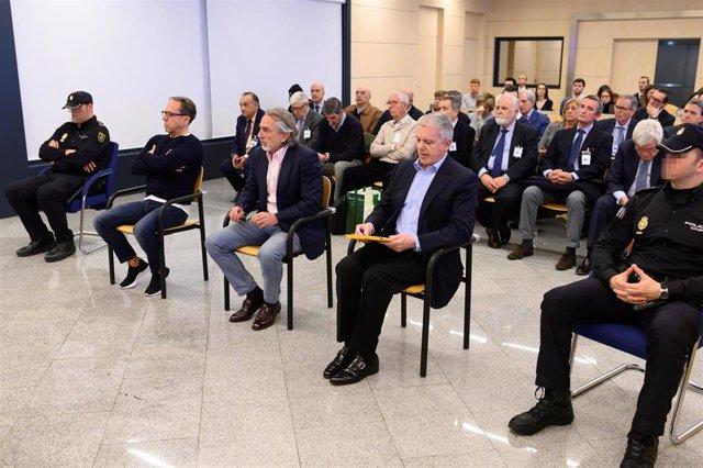 """Los acusados Álvaro Pérez """"El Bigotes"""" (i), Francisco Correa (c) y Pablo Crespo (d) al comienzo del juicio por la supuesta contratación irregular de una empresa de Gürtel para actos celebrados por la visita del papa Benedicto XVI a Valencia en 2006 que se"""
