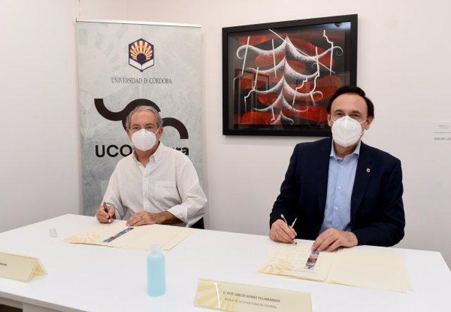 El rector de la UCO, José Carlos Gómez Villamandos, y el coleccionista Carlos Begara junto a una obra de Pepe Espaliú