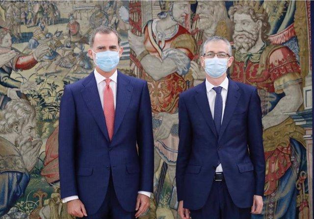 El Rey Felipe VI y el gobernador del Banco de España, Pablo Hernández de Cos.