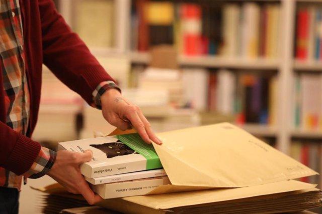 Librero prepara un paquete con libros