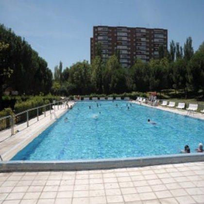Cuatro individuos pegan una paliza a un vigilante de la piscina de San Fermín por llamarles la atención