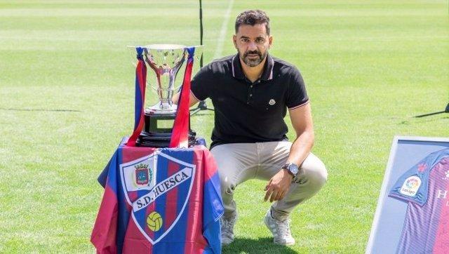 Míchel con el trofeo de campeón del Huesca