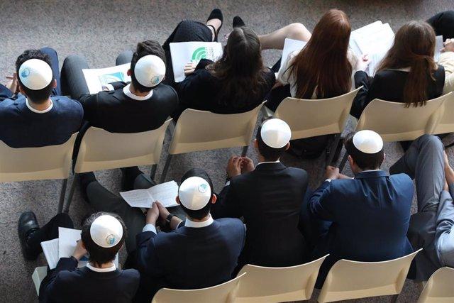 Miembros del Centro Ibn Gabirol, colegio para la educación judía en Madrid participan en el acto del Día Internacional de la Memoria del Holocausto, a 23 de enero de 2020.