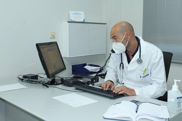 El médico Juan González Soler atiende una consulta de modo telemático