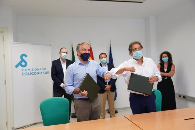 Firma del convenio en el Polígono Sur de Sevilla