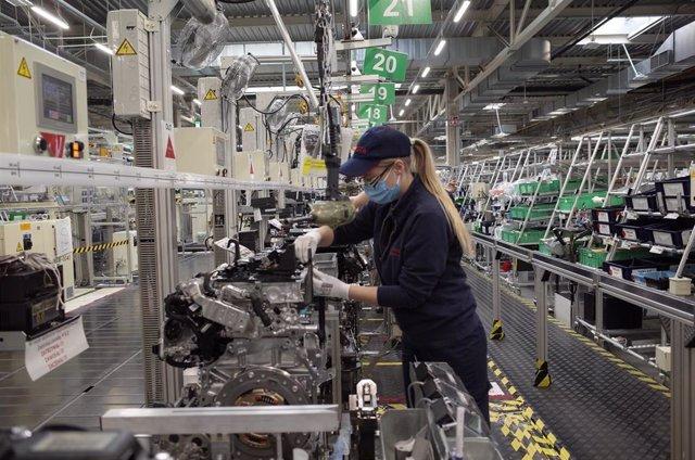 Imagen de un trabajador en una fábrica de motores.