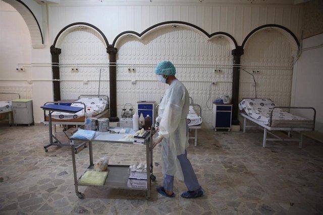 Un trabajador sanitario en un hospital especial para casos de coronavirus en Idlib, en el noroeste de Siria