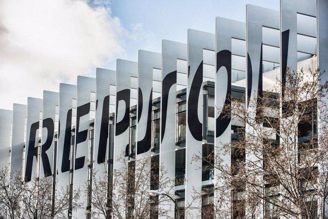 Economía.- Repsol pierde 2.484 millones a junio tras impactos históricos por el