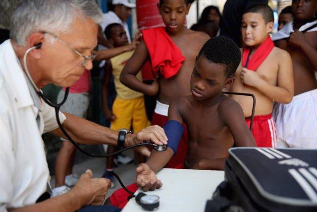 Un médico atiende a unos niños en La Habana (Imagen de archivo)