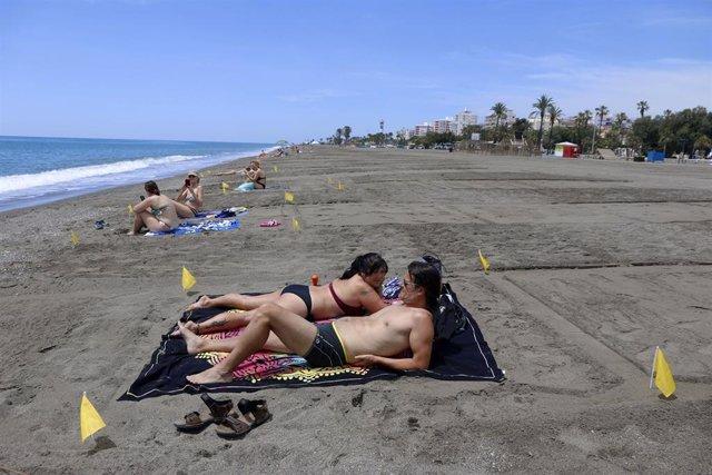 Las playas de Vélez Málaga, parceladas para mantener la distancias entres sus usuarios en el primer día de la Fase 2 en el que se permite el uso de dichas playas para tomar el sol y bañarse.. Málaga a 01 de junio del 2020