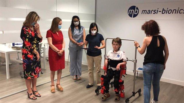 La vicepresidenta del Congreso, Ana Pastor, y la vicepresidenta de Transferencia del Conocimiento del CSIC, Angela Ribeiro, han visitado las instalaciones de Marsi-Bionics