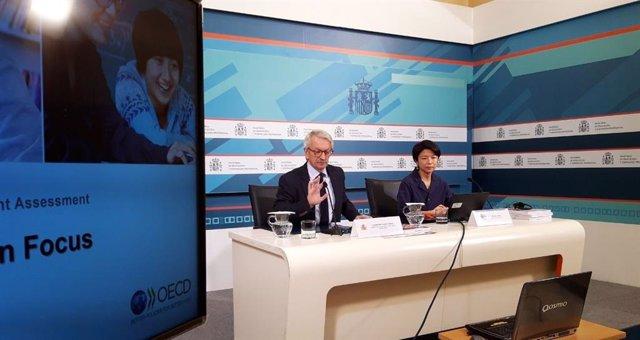 El secretario de Estado de Educación en funciones, Alejandro Tiana, y la analista principal de PISA, Miyako Ikeda, en la presentación del Informe PISA 2018 en Madrid.