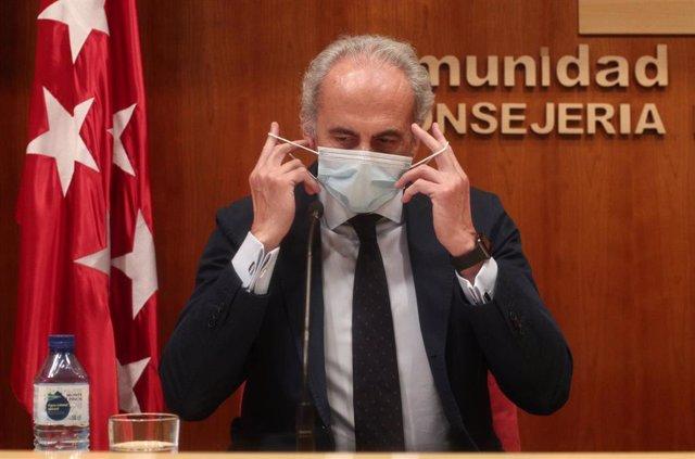 El consejero de Sanidad de la Comunidad de Madrid, Enrique Ruiz Escudero, se quita la mascarilla antes de ofrecer una rueda de prensa para informar de la situación actual de la región en referencia al COVID- 19