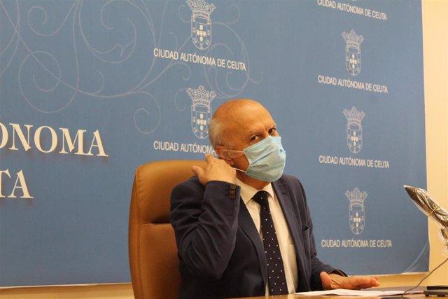 El consejero de Sanidad, Consumo y Gobernación del Gobierno de Ceuta, Javier Guerrero, en rueda de prensa