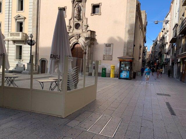 Terrassa d'un bar tancat a la plaça de Sant Francesc de Lleida després dels rebrots