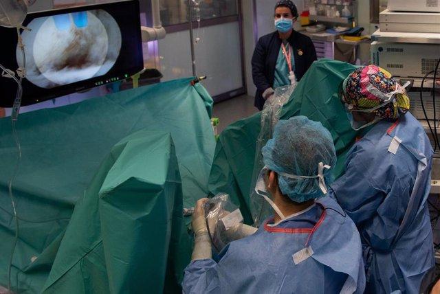 Urólogos del Hospital Clínic operan por endoscopia con una nueva técnica que transforma el 2D en 3D