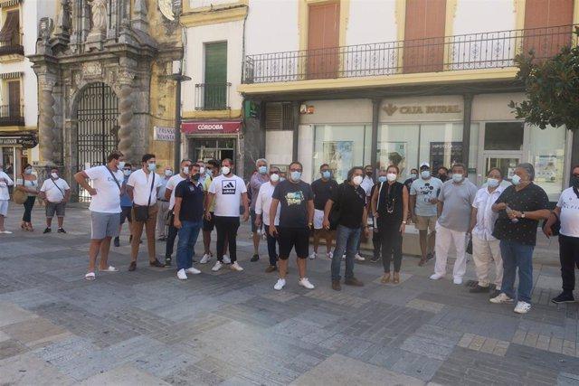 Carmen Campos se ha reunido con los vendedores ambulantes concentrados ante el Ayuntamiento.