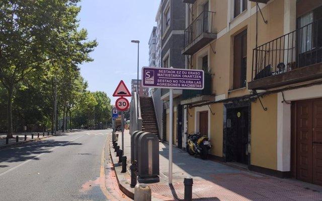 Cartel en la calle Txabarri de Sestao contra las agresiones machistas.