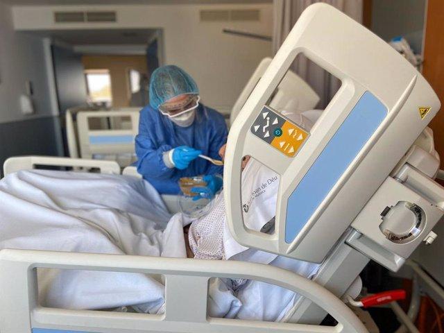 Personal de enfermería de Sant Joan de Déu atiende a un paciente de COVID-19.