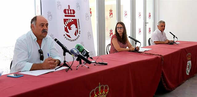 La primera teniente de alcalde de Coslada, Macarena Orosa, y el segundo teniente de alcalde, Julio Huete, en rueda de prensa para presentar los presupuestos de la localidad para 2020.