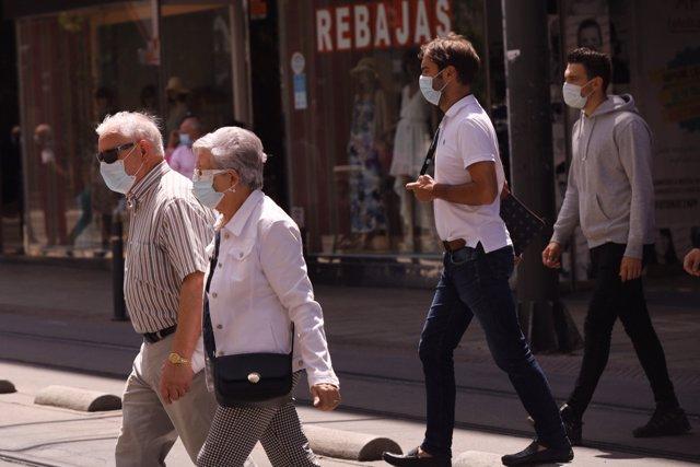 Ciudadanos con mascarillas pasean por Vitoria