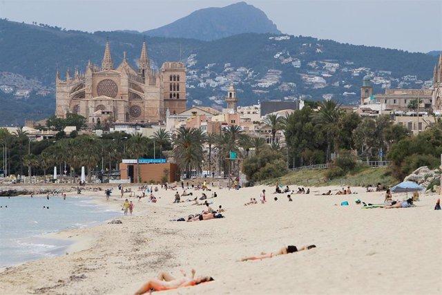 Bañistas en una playa de Palma durante el primer día de la Fase 2