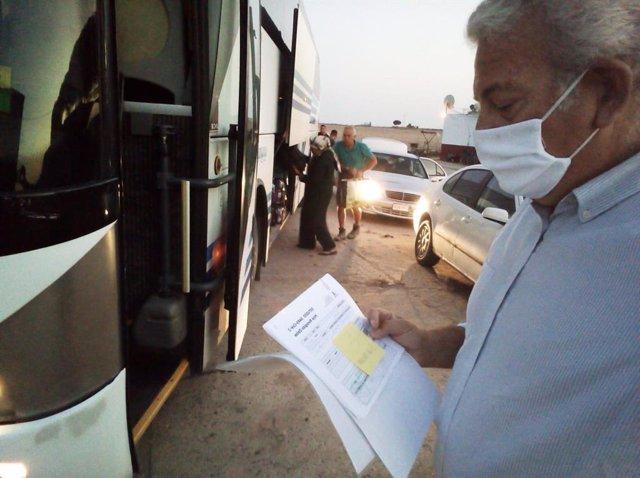 Asaja gestiona la salida en autobús hacia el Puerto de Huelva de sus temporeras contratadas en origen.