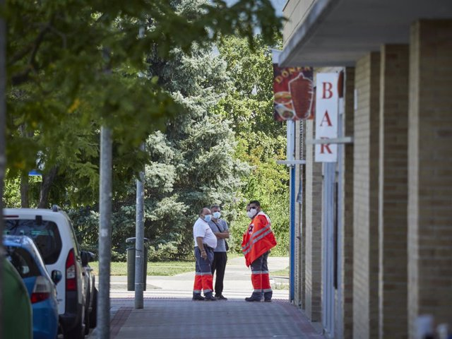 Un médico ordena las inmediaciones del Instituto de Educación Secundaria de Mendillorri la zona donde realizarán durante esta tarde pruebas PCR de diagnóstico de COVID-19 a jóvenes de entre 17 y 28 años, en Pamplona, Navarra, a 23 de julio de 2020