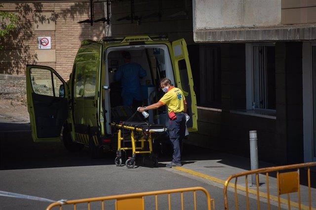 Un sanitario desinfecta una camilla de una ambulancia en el Hospital Universitario Arnau de Vilanova de Lleida.