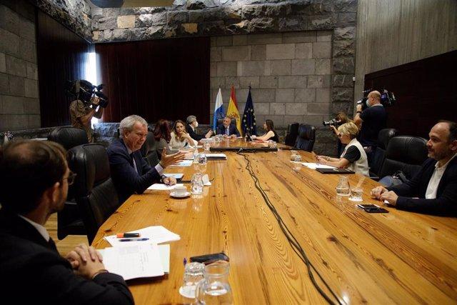 El consejero de Obras públicas, Transporte y Vivienda del Gobierno de Canarias, Sebastián Franquis, presente luego en la rueda de prensa, charla con otros consejeros durante el Consejo de Gobierno de este jueves