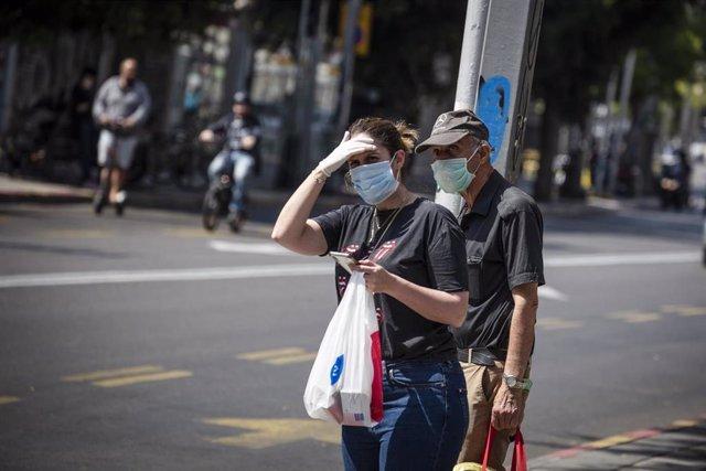 Personas con mascarilla en Tel Aviv durante la pandemia de coronavirus en Israel