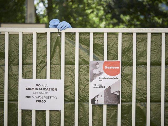 """Carteles contra la """"criminalizacion"""" del barrio de Mendillorri en el dispositivo especial instalado para la realización de PCR a la población joven"""