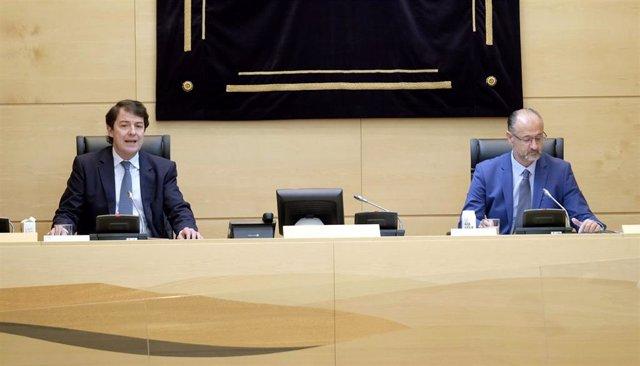 Comparecencia del presidente de la Junta, Alfonso Fernández Mañueco, (izquierda) en la Diputación Permanente de las Cortes sentado junto a Luis Fuentes en una imagen de archivo.
