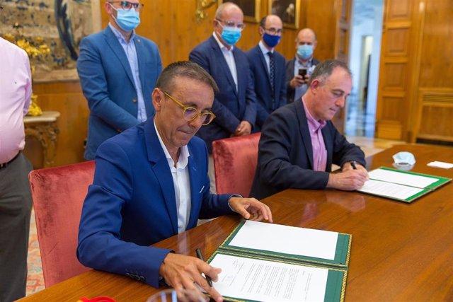 José Hidalgo y Tomás Gómez-Acebo firman el convenio de colaboración