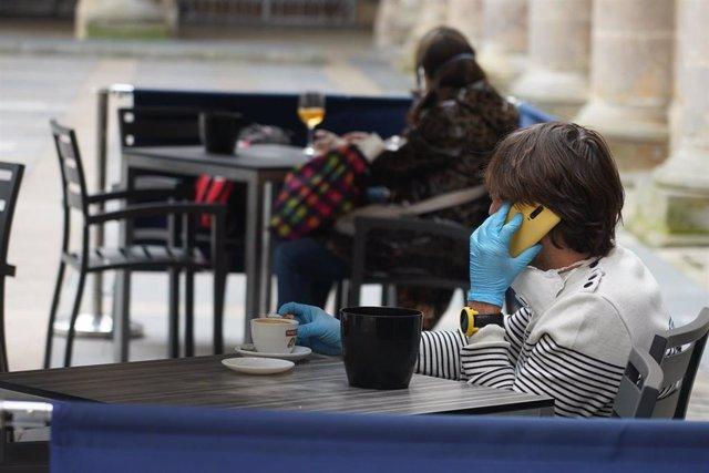 """Clientes en una terraza en el centro de Bilbao el día en el que Álava, Vizcaya y Guipúzcoa pasan a la Fase 1 de la desescalada y transición a una """"nueva normalidad"""" al cumplir con los requisitos exigidos lo que permite flexibilizar algunas de las restricc"""