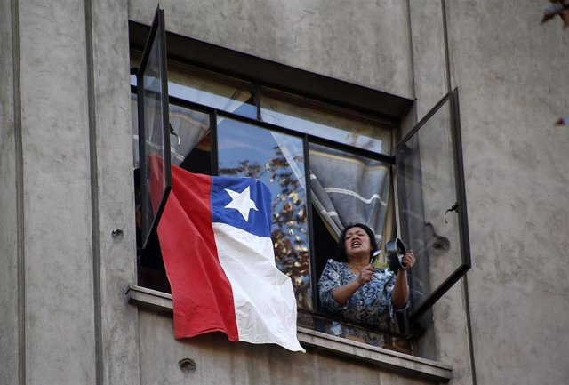 15 July 2020, Chile, Valparaiso: A woman bangs on a pot as she celebrates the vote at the Chamber of Deputies, which on Wednesday approved early withdrawals of 10 per cent of pension funds during the coronavirus pandemic. Photo: Cristobal Escobar/Agencia