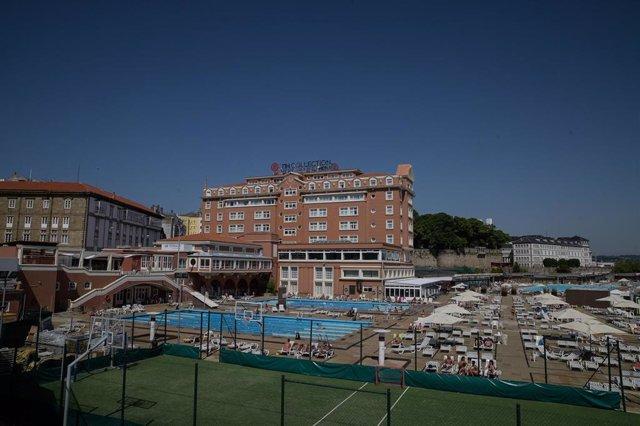 Plano general del Hotel NH Finisterre de A Coruña donde los jugadores del CF Fuenlabrada permanecen confinados en él tras haber dado positivo en coronavirus varios de sus miembros