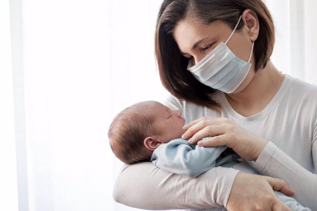 Madre y bebé, coronavirus, infección. Mascarilla.