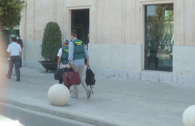 Agentes de la Guardia Civil entran con maletas a la sede de la APB de Palma durante un registro
