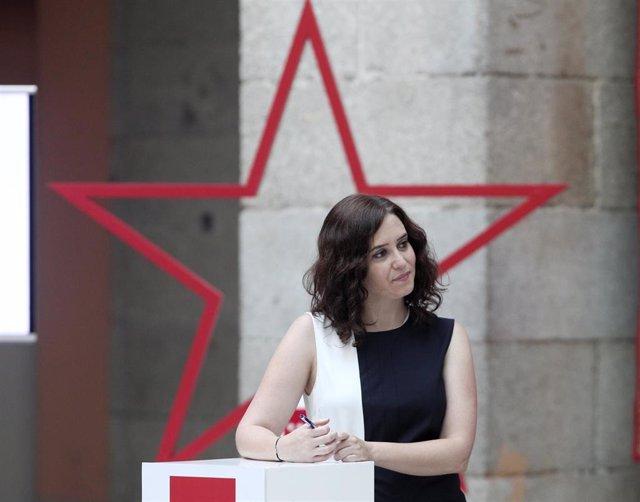 La presidenta de la Comunidad, Isabel Díaz Ayuso, durante la firma con los sindicatos del borrador del decreto que regulará las condiciones que regirán el teletrabajo en el ámbito de los empleados públicos, en la Real Casa de Correos, Madrid.