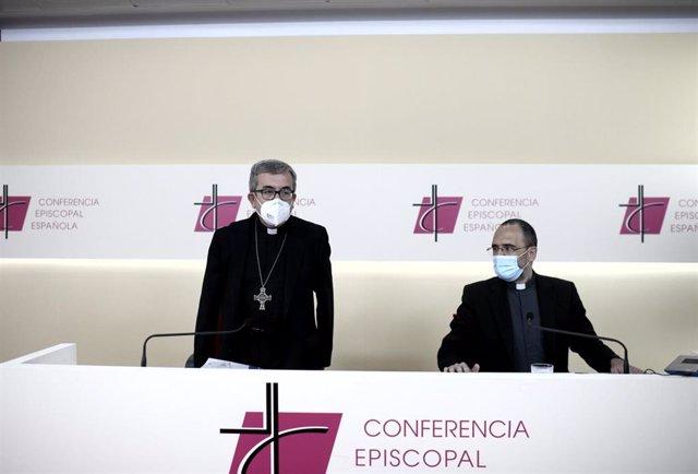 El secretario general de la Conferencia Episcopal Española (CEE) y obispo auxiliar de Valladolid, Luis Javier Argüello García (i), ofrece una rueda de prensa para explicar las conclusiones de los dos días de reuniones del órgano en la Casa de la Iglesia,